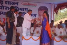 Guest giving prize at Rojgar mela(CG)